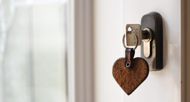 house-key-hanging-from-the-doorknob-SJJN62A